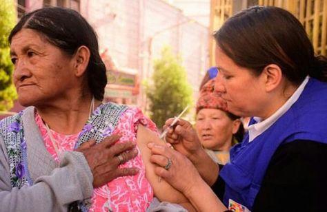 Una mujer recibe una vacuna contra la influenza.