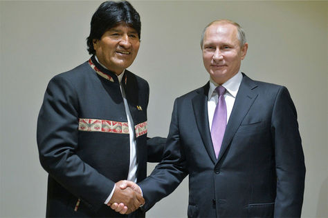El presidente Evo Morales estrecha la mano de su homólogo ruso, Vladimir Putin.