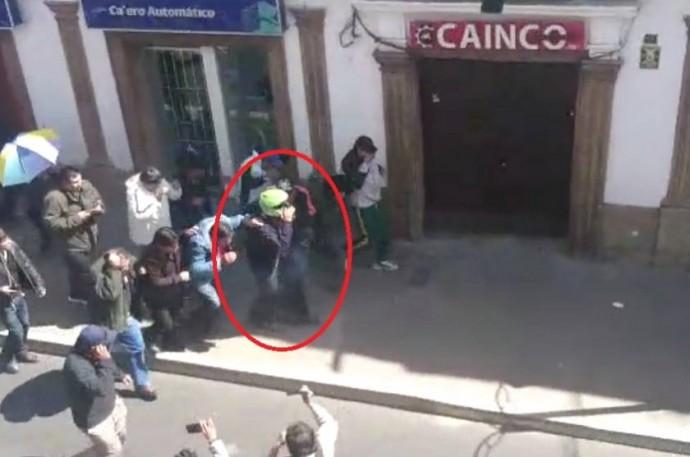 Esteban Urquizu escapa de una turba con un casco de motocilista. Foto: Captura
