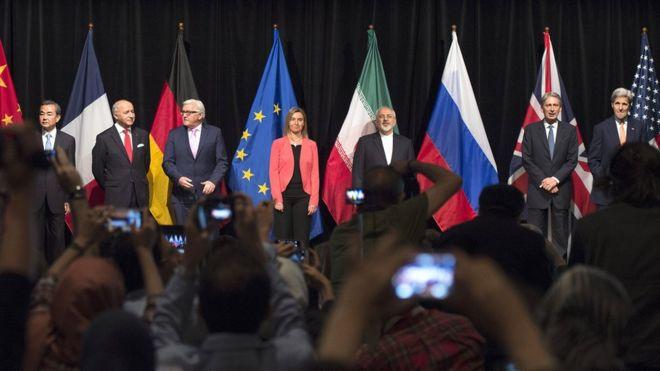(De izq. a der.)El ministro de Relaciones Exteriores de China, Wang Yi, el ministro de Relaciones Exteriores de Francia, Laurent Fabius, el ministro de Relaciones Exteriores de Alemania, Frank-Walter Steinmeier, la alta representante de Relaciones Exteriores y Política de Seguridad de la Unión Europea, Federica Mogherini, el ministro de Relaciones Exteriores de Irán, el secretario de Relaciones Exteriores de Reino Unido, Philip Hammond y el secretario de Estado de EE.UU., John Kerry, reunidos en la sede de la ONU en Viena, Austria, el 14 de julio de 2015