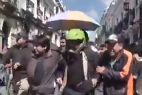 Al centro, el gobernador Esteban Urquizu es evacuado con un casco.