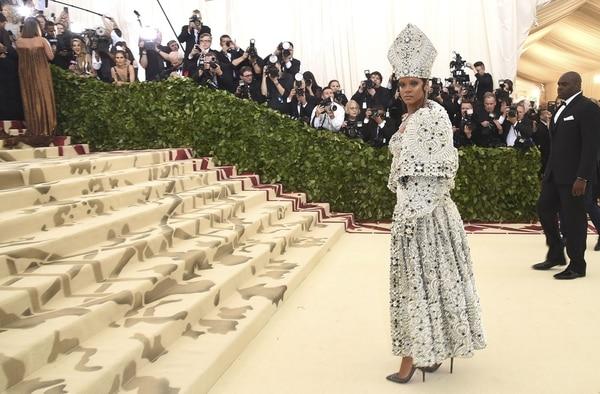 Rihanna en el Museo Metropolitano de Arte en Nueva York con un vestido papal que despertó críticas entre la comunidad cristiana (AP)