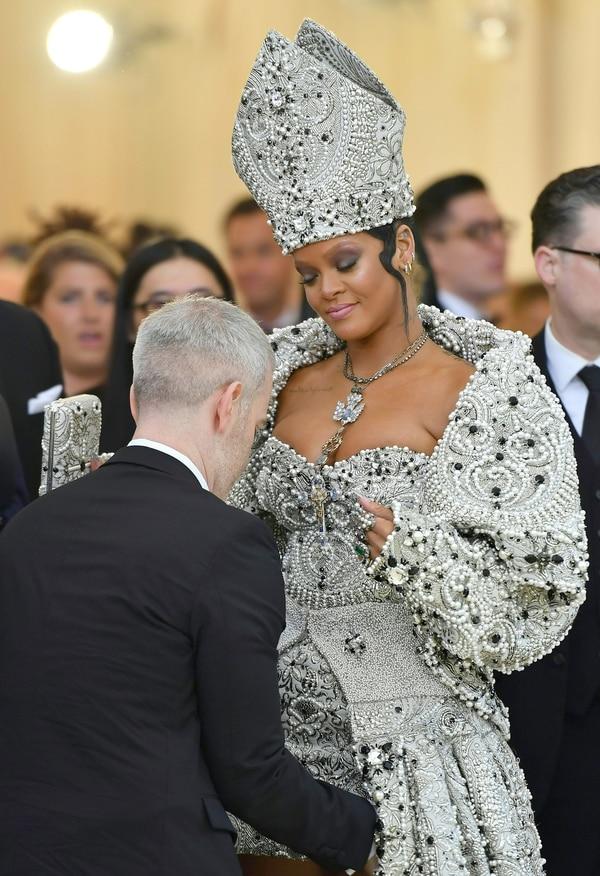 """Rihanna fue quien más polémica despertó con su vestido papal. La consigna del Met era """"Cuerpos celestes: la Moda y la Imaginación Católica"""". Y ella lo respetó (AFP)"""
