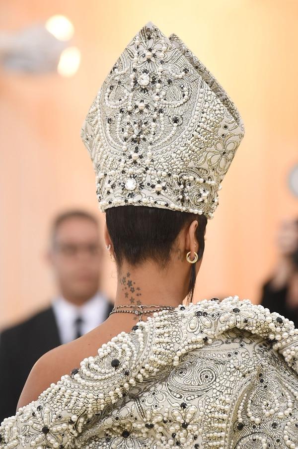 Detalle de la mitra que lució Rihanna en la Met Gala de Nueva York (AFP)