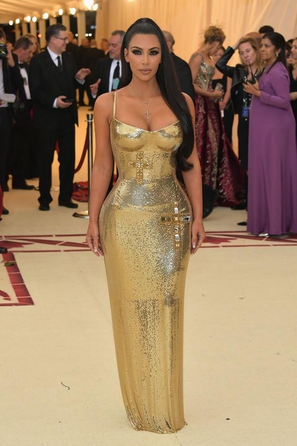 Kim Kardashian y su discreto vestido con una cruz en su cadera