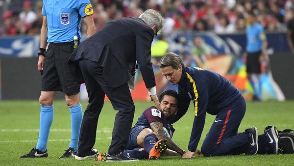 Alves tuvo que ser reemplazado (AFP)