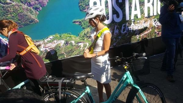 Carolina Hidalgo, presidente del Parlamento, se trasladó en bicicleta