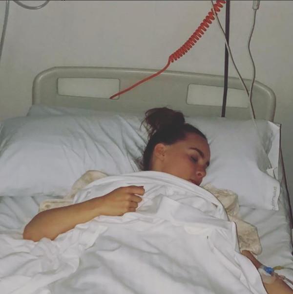 La mamá de Belinda compartió esta foto de la artista dormida en el hospital tras la operación (Instagram: Belinda Schull)