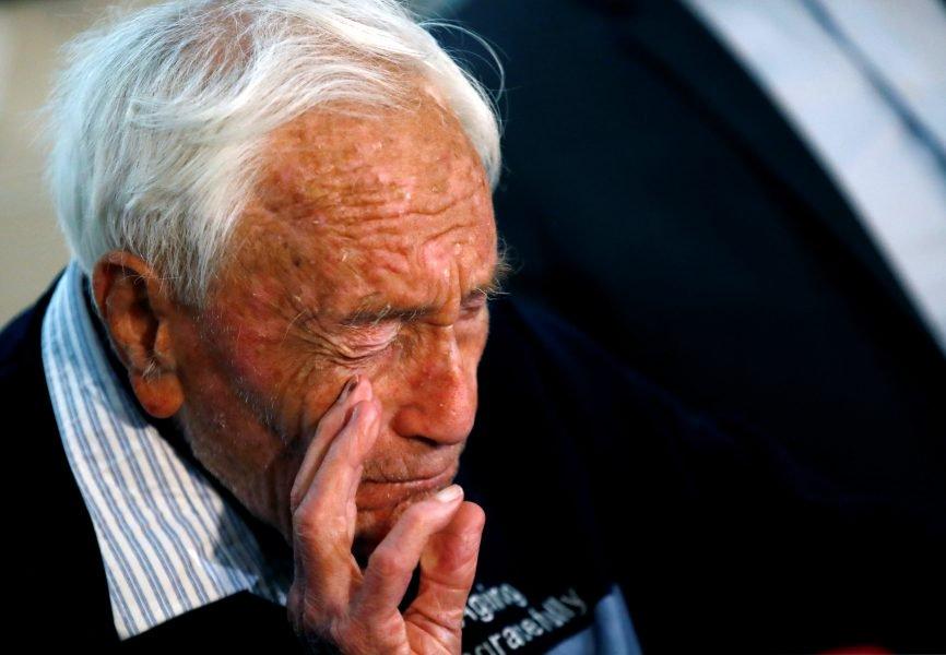 David Goodall, de 104 años, reacciona durante una conferencia de prensa un día antes de su intención de quitarse la vida en el suicidio asistido, en Basilea, Suiza, el 9 de mayo de 2018. REUTERS / Stefan Wermuth