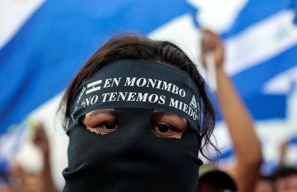 """Una manifestante con una máscara que dice: """"No tenemos miedo"""". (REUTERS/Oswaldo Rivas)"""