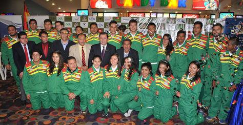 Parte del equipo Bolivia para los Juegos Odesur y autoridades posan en un acto público. Foto: Archivo La Razón