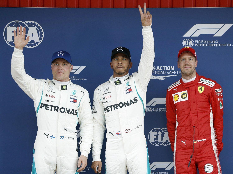 """B147.MONTMELÓ (BARCELONA), 12/05/2018.- El piloto británico de Mercedes, Lewis Hamilton (c) , que ha conseguido """"pole"""" ,junto a su compañero de equipo, el finlandés Valtteri Bottas, segundo (i) y el alemán de Ferrari, Sebastian Vettel ,tercero , celebran los puestos obtenidos en los entrenamientos oficiales realizados hoy en el Circuit de Barcelona-Catalunya, donde mañana se disputa el Gran Premio de España de Fórmula Uno. EFE/Andreu Dalmau"""