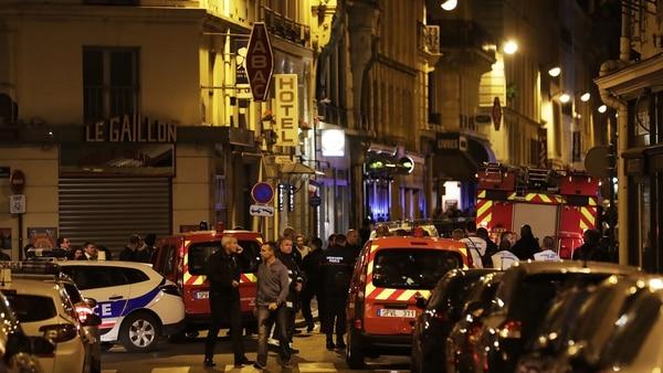 La policía y equipo médico llegaron al lugar para asistir a los heridos. (AFP)