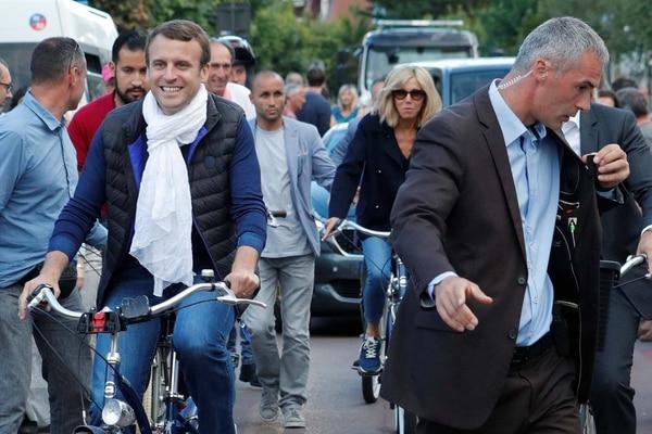 Macron, en bicicleta junto a su esposa, en una imagen típica de su perfil comunicacional