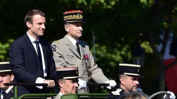Macron, junto a Pierre de Villiers, el general del Ejército que terminó renunciandoluego de que recortara le presupuesto militar (AFP)