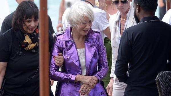 Helen Mirren se agarra su muñeca tras la dolorosa caída