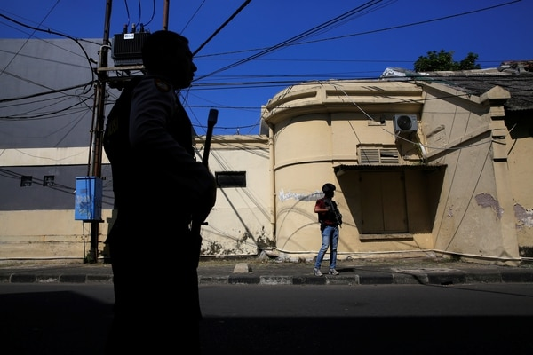 Policías antiterrorismo frente a la comisaría atacada enSurabaya(REUTERS/Beawiharta)