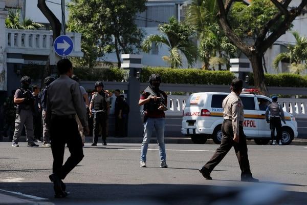 Policías en el lugar del ataque(REUTERS/Beawiharta)
