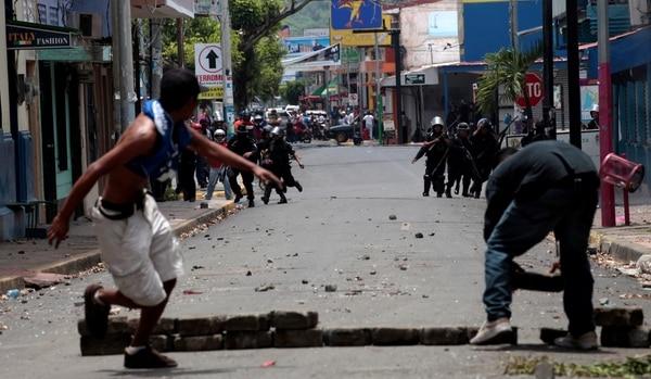 Manifestantes huyen de la represión policial en medio de los enfrentamientos en Monimbo (Reuters)