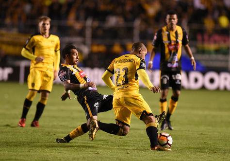 Incidencia del partido entre The Strongest y Peñarol en La Paz. Foto: Archivo La Razón