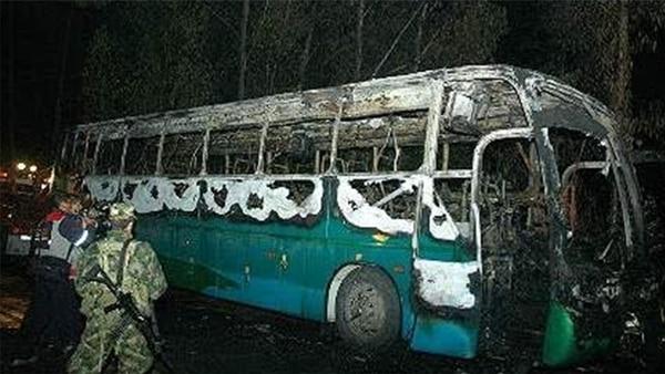 Bus incinerado en la vía Tibasosa-Sogamoso en el que murieron 13 personas