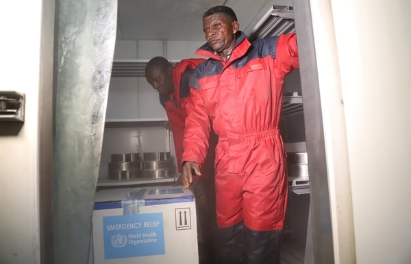 Funcionarios del ministerio de Salud de Congo con las cajas que contienen las primeras vacunas experimentales contra el ébolaen Kinshasa(REUTERS/Kenny Katombe/archivo)