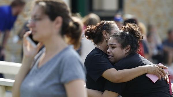 Familiares y amigos lloran tras el tiroteo (AP)