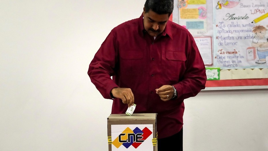 El presidente de Venezuela, Nicolás Maduro, vota hoy en su centro electoral, en el oeste de Caracas, en unos comicios donde buscará la reelección. EFE