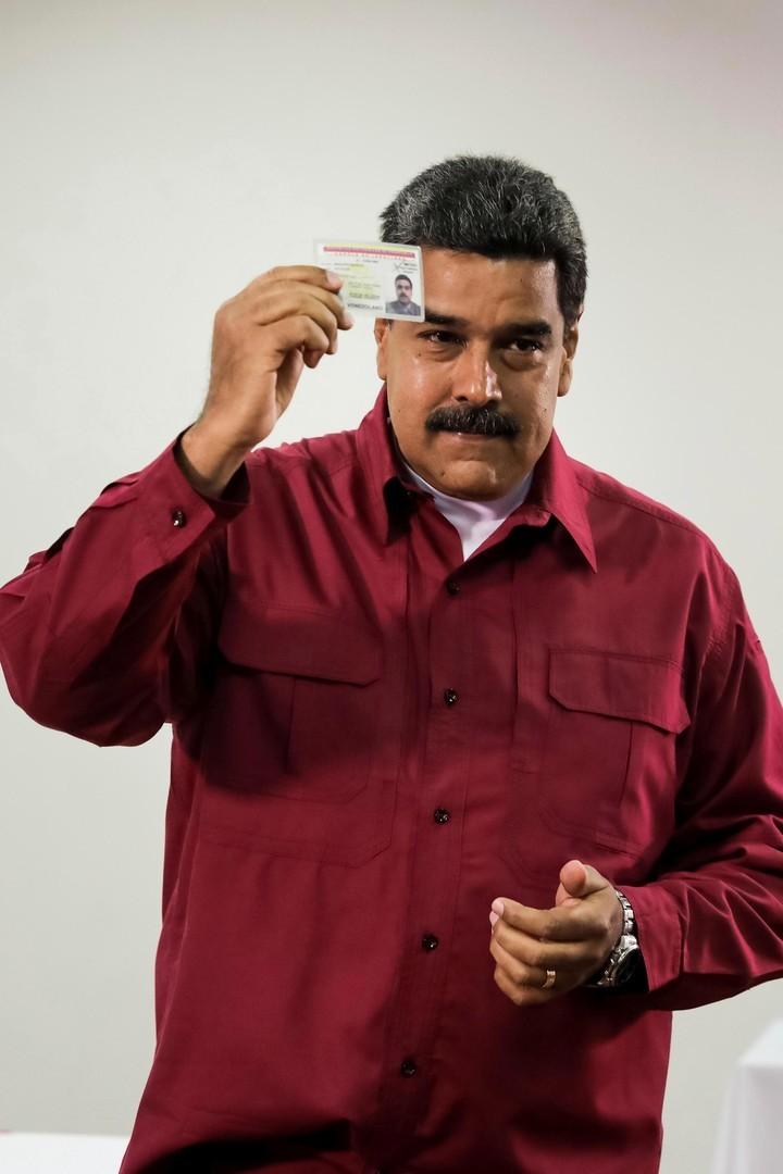 El presidente de Venezuela, Nicolás Maduro, vota hoy en su centro electoral, en el oeste de Caracas. EFE