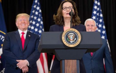 Gina Haspel en el acto de presentación como directora de la CIA, atrás aparecen Trump (izq.) y el vicepresidente Pence. Foto: AFP