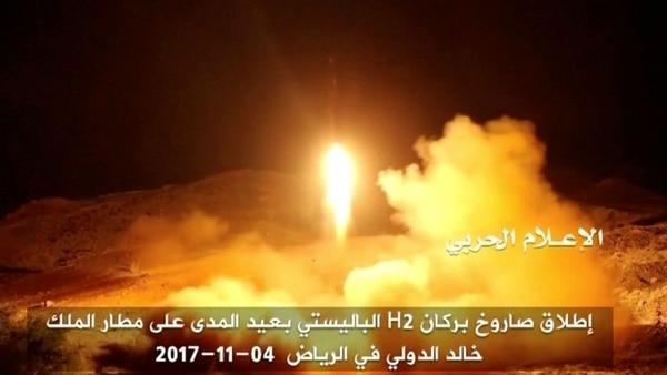 Un misil lanzado por los rebeldes hutíes (Archivo: Reuters)