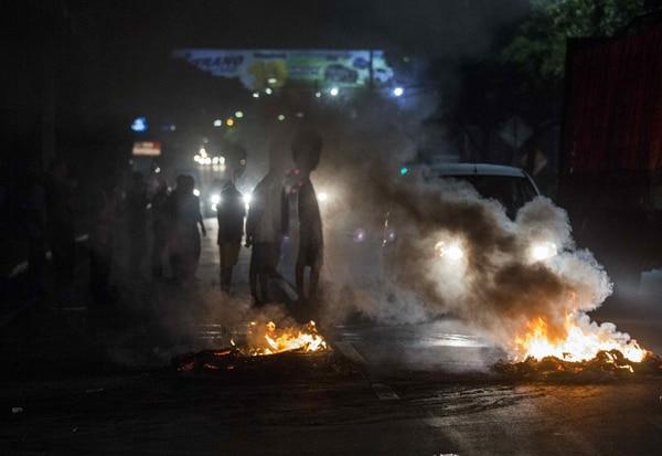 Manifestantes queman llantas en una vía durante protestas contra el gobierno de Daniel Ortega este miércoles a la noche en Managua. Hoy se cumplen 36 días en el país centroamericano de una crisis sociopolítica que se ha cobrado 76 vidas, según cifras de la Comisión Interamericana de Derechos Humanos (CIDH). (EFE/Jorge Torres)