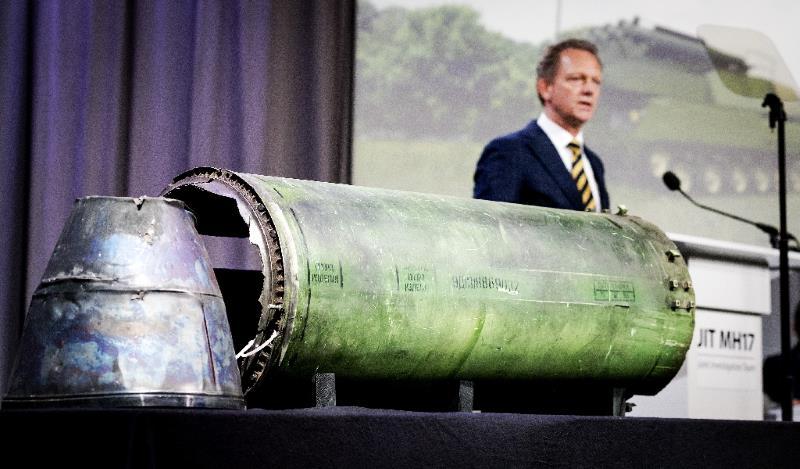 El fiscal Fred Westerbeke habla ante un parte del misil BUK-TELAR que derribó e vuelo MH17 de Malaysia Airlines, durante la rueda de prensa de este jueves 24 de mayo en Bunnik (Holanda)