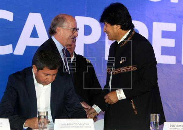 El presidente de Repsol, Antonio Brufau (i), dialoga con el presidente boliviano, Evo Morales (d), durante el acto de la firma de un contrato en Tarija hoy, 26 de octubre de 2016. EFE