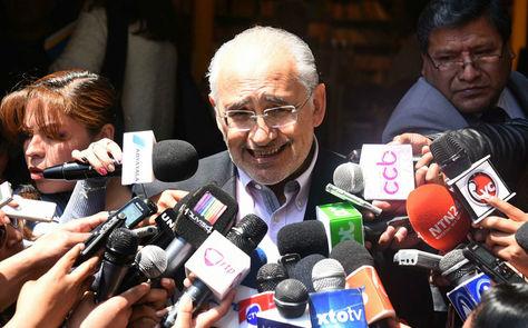 Carlos Mesa, en rueda prensa en las puertas de Palacio de Gobierno, en La Paz.