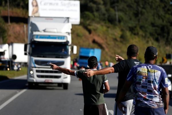 Camioneros durante la huelga en Curitiba(REUTERS/Rodolfo Buhrer)
