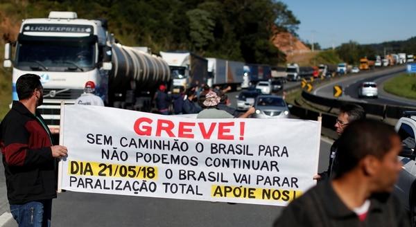 """""""¡Huelga! Sin camiones, Brasil se para, no podemos seguir. Brasil va a parar, paralización total. ¡Apoyenos!"""" se lee en el cartel durante una protesta en Curitiba (REUTERS/Rodolfo Buhrer)"""