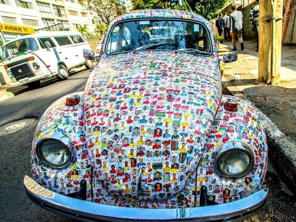 Más de 15 mil stickers fueron utilizaron para cubrir por completo el Volkswagen Beetle de 1972