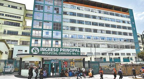 La Paz. La puerta del Hospital Obrero, nosocomio en el que la Policía arrestó ayer a seis funcionarios.