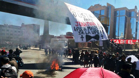 Estudiantes de la UPEA bloquean la avenida Juan Pablo II a la altura de esa casa de estudios por la muerte de Jonathan Quispe.
