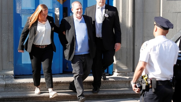 Harvey Weinstein entregándose a la justicia. Su abogado informó que no testificará (REUTERS/Mike Segar)