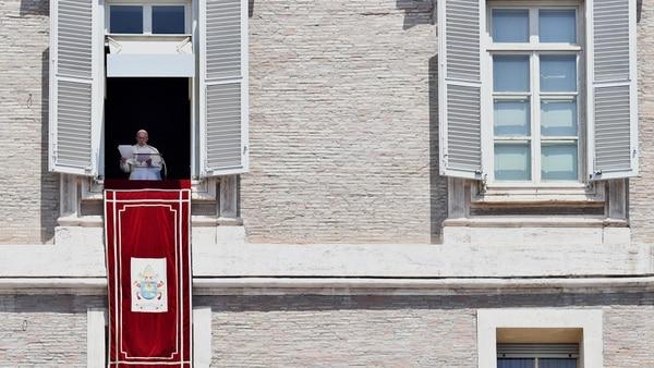 Una imagen habitual sobre el rezo dominical del Santo Padre en el Vaticano (AFP)