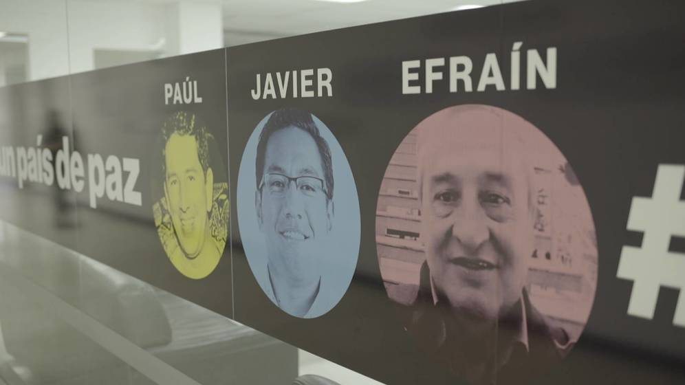 Foto: Póster de los tres asesinados en la redacción del diario 'El Comercio'. (Jules Giraudat, Forbidden Stories)