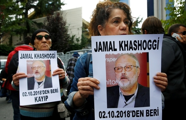 Activistas por los derechos humanos exigen respuestas sobre Jamal Khashoggi frente al consulado saudita en Estambul el 9 de octubre (REUTERS/Osman Orsal)