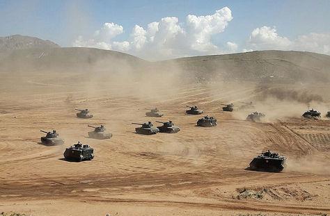 Tanques lanzan fuego de artillería durante el ejercicio combativo del Ejército. Foto: Min. Presidencia.