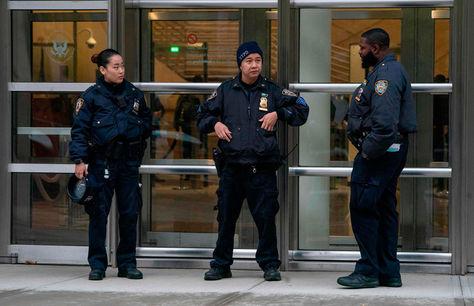 Policías custodian el ingreso al tribunal donde será procesado El Chapo.