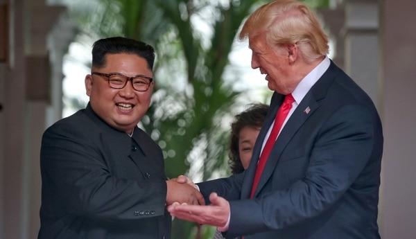 Kim Jong-un, líder de Corea del Norte, junto a Donald Trump. Los mandatarios buscan realizar una segunda cumbre (Reuters)