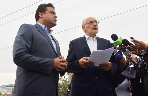 Luis Revilla y Carlos Mesa tras la firma del acuerdo político para los comicios de 2019. Foto: APG.