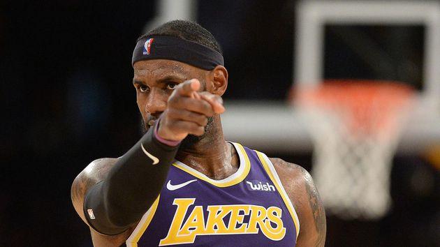 LeBron James se acerca al triple-doble en victoria de los Lakers