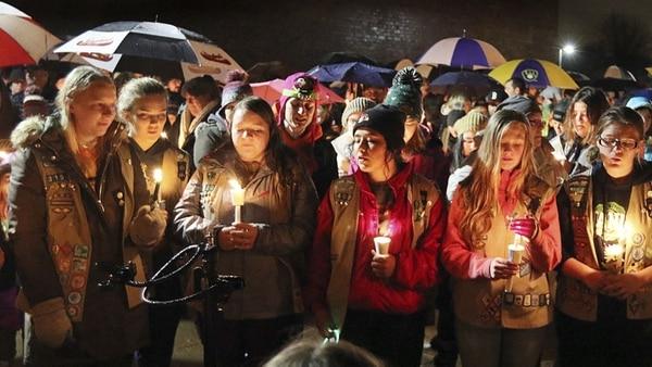 """Un grupo de jóvenes durante la vigilia en memoria de las """"Girl Scouts"""" fallecidas (AP)"""